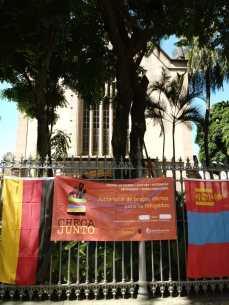 No meio das bandeiras, cartaz dá as boas-vindas ao público. Foto: Pauline Almeida