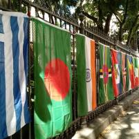 Bandeiras nas grandes da Igreja. Foto: Pauline Almeida