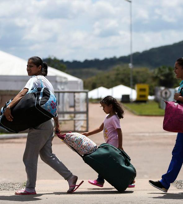 Imigrantes venezuelanos cruzam a fronteira com o Brasil.